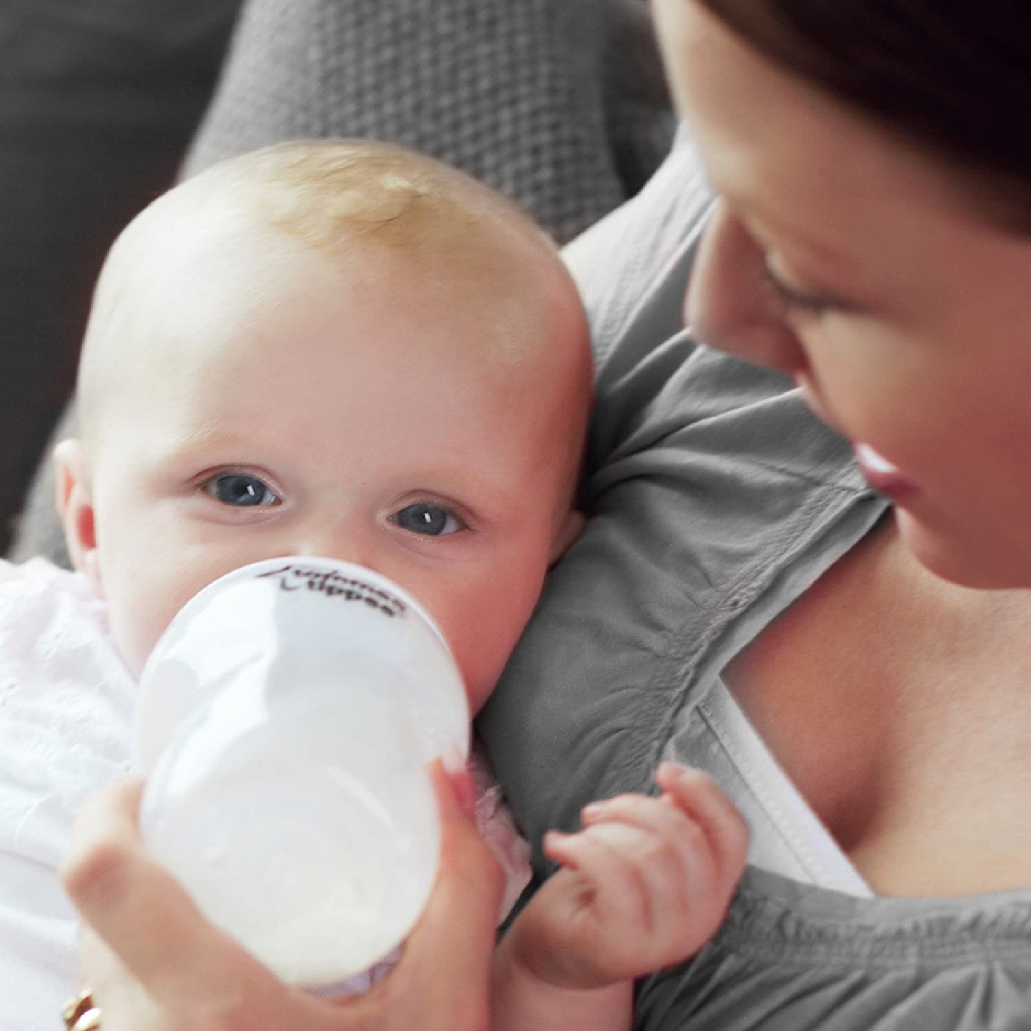 differences and similarities between bottle feeding and breastfeeding The differences between breastfeeding and bottle feeding the differences between breastfeeding and bottle feeding the differences between breastfeeding and bottle.